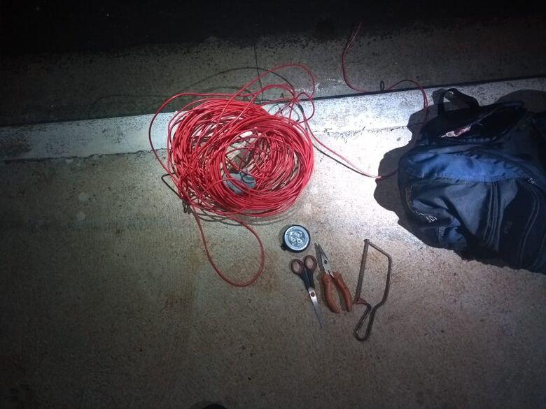Guardas municipais flagram desocupado furtando fiação elétrica - Crédito: Divulgação