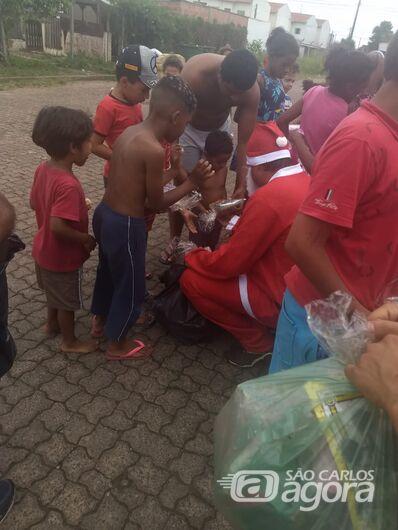 Papai Noel da Fiel Torcida alegra e presenteia garotada do São Carlos 8 - Crédito: Divulgação