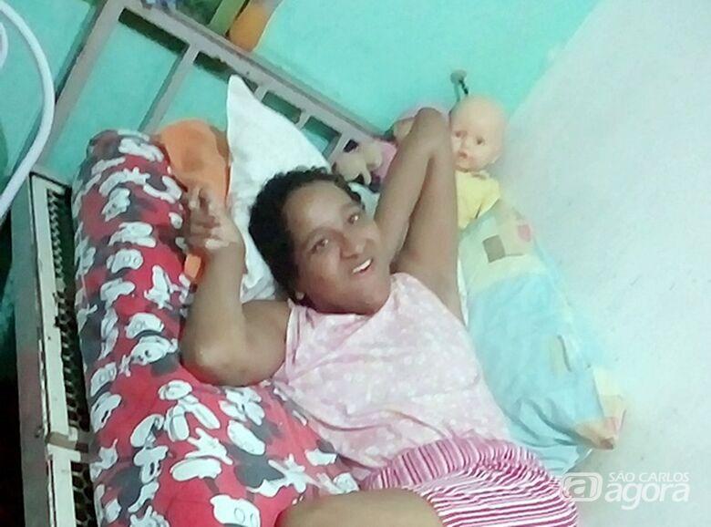 Após campanha solidária, mulher com necessidade especial ganha cadeira de banho e alimentos - Crédito: Divulgação