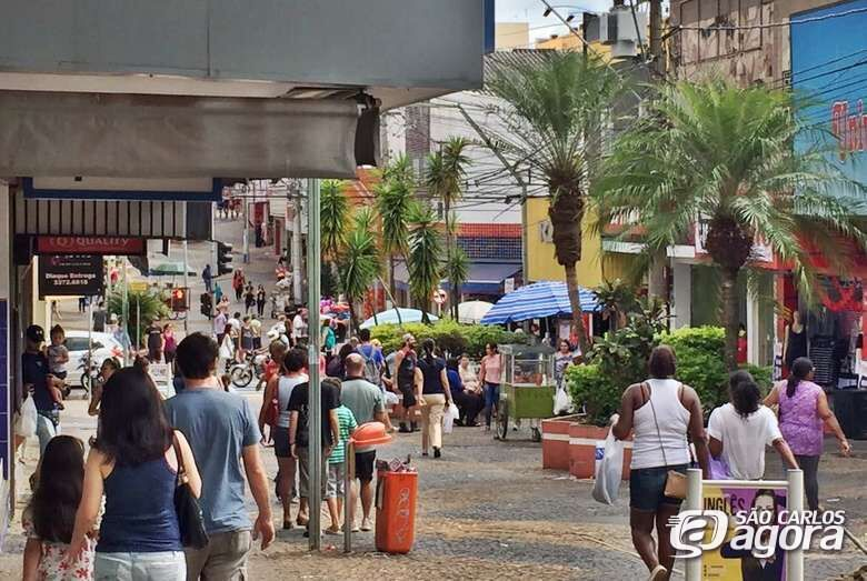 Lojas do comércio de São Carlos ficam abertas até às 18h neste domingo - Crédito: Acisc