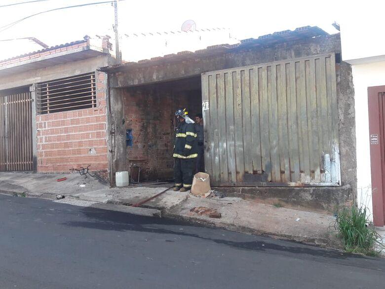 Casa onde estaria carro roubado é atingida por incêndio - Crédito: Maycon Maximino