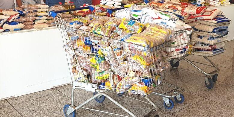 Uma tonelada e meia de alimentos serão destinados às famílias carentes - Crédito: Divulgação