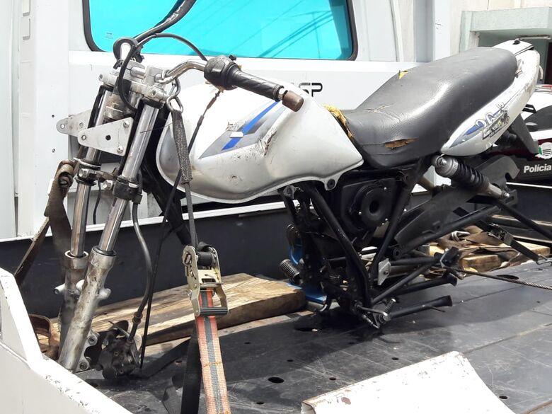 Moto depenada é abandonada no Cidade Aracy 2 - Crédito: Maycon Maximino