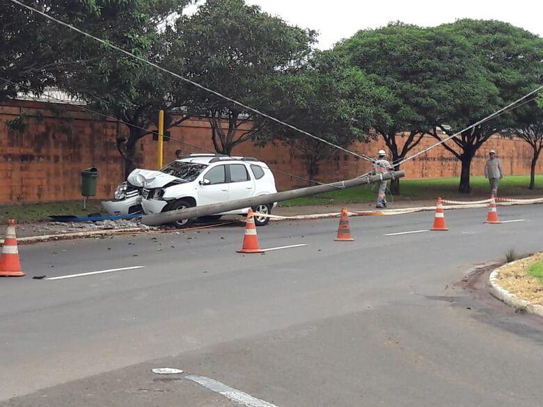 Carro derruba poste na Miguel Petroni - Crédito: Maycon Maximino