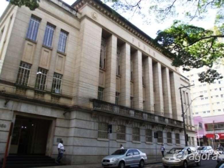 Dupla espanca e assalta aposentado na frente do Fórum Criminal - Crédito: Arquivo/SCA