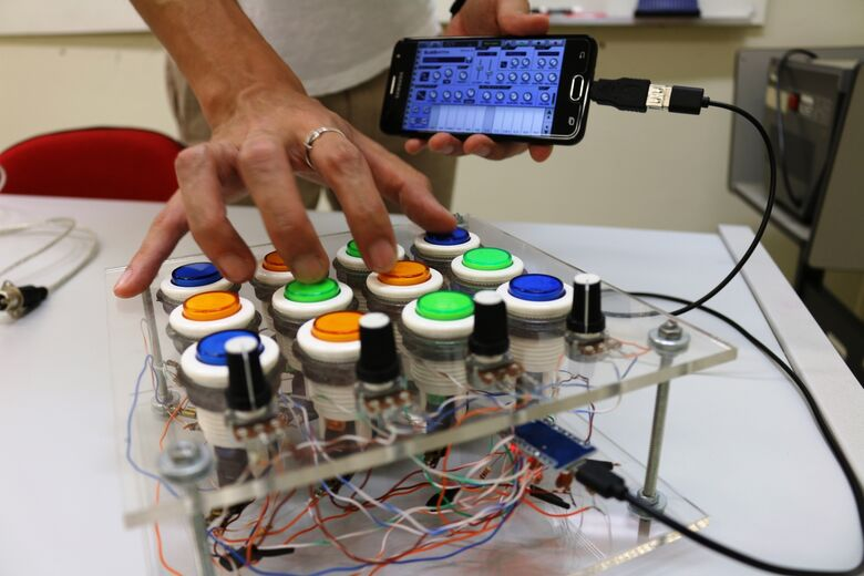 Em São Carlos, amigos constroem o próprio instrumento para compor música eletrônica - Crédito: Henrique Fontes