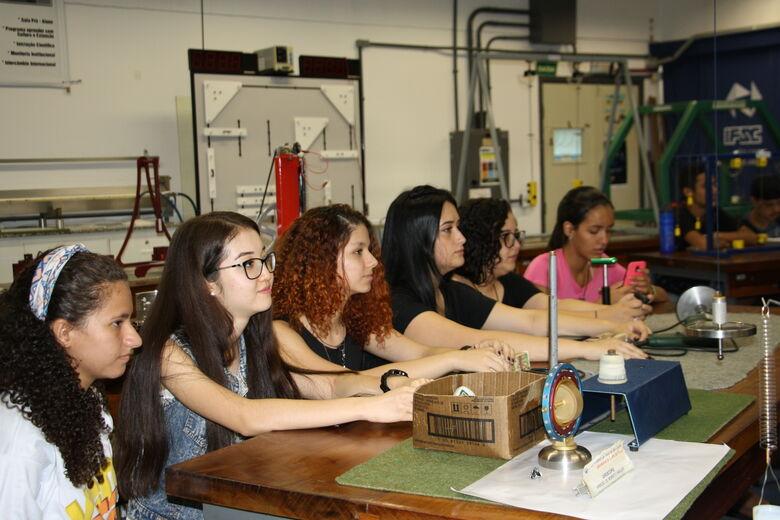 Alunos carentes do ensino médio de São Carlos integram-se à Universidade - Crédito: Divulgação