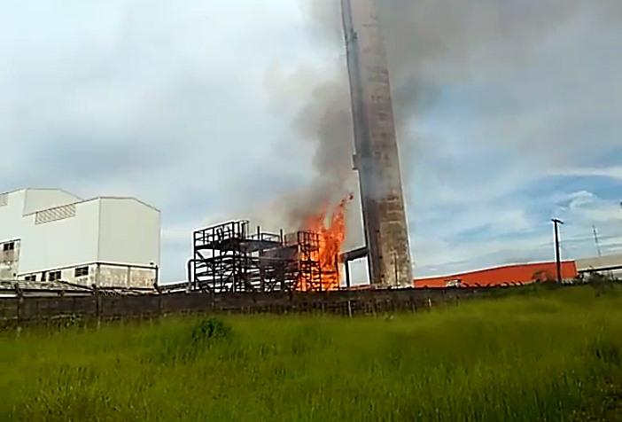 Incêndio atinge fábrica de tubos desativada - Crédito: Maycon Maximino