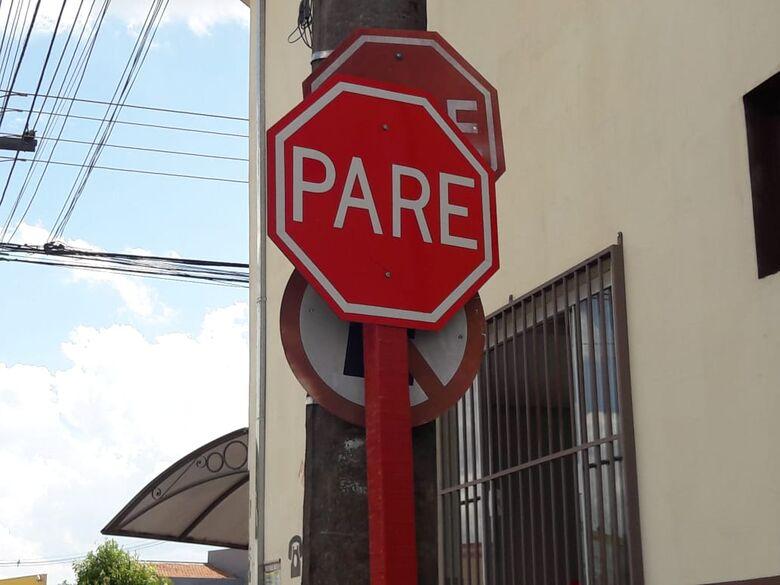 Placas de sinalização de trânsito estão encavaladas em cruzamento da Vila Alpes - Crédito: Divulgação