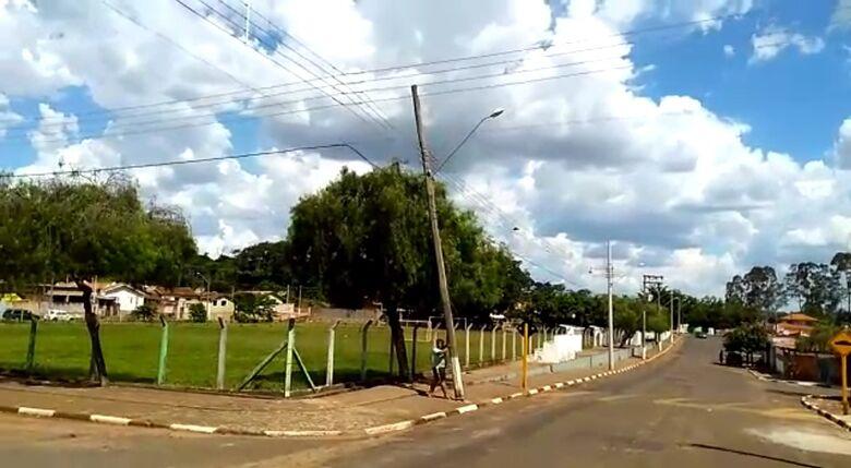Poste em risco de queda deixa moradores de Santa Eudóxia preocupados - Crédito: Divulgação