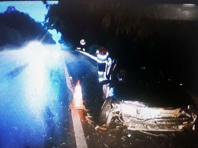 Motorista sofre acidente após ser fechado por caminhão na SP-215 - Crédito: Sca