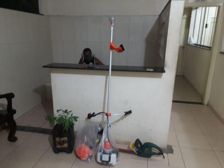 Suspeito é detido após a PM encontrar pé de maconha e objetos duvidosos em sua residência - Crédito: Divulgação