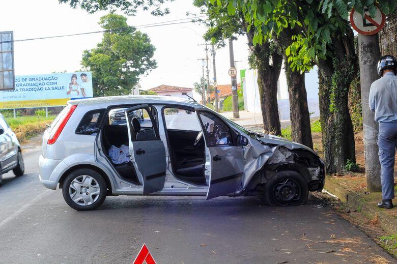 Mulher bate carro em poste no Jardim Paraíso - Crédito: Marco Lúcio