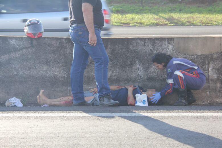 Homem é socorrido em estado grave após queda de moto na Washington Luiz - Crédito: Maycon Maximino