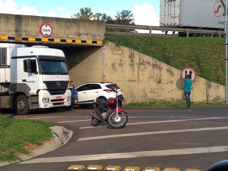 Caminhão fica enroscado em pontilhão da Av. Capitão Luís Brandão - Crédito: Stella Martins
