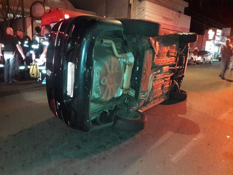 Siena bate em carro estacionado e tomba na avenida Sallum - Crédito: Maycon Maximino
