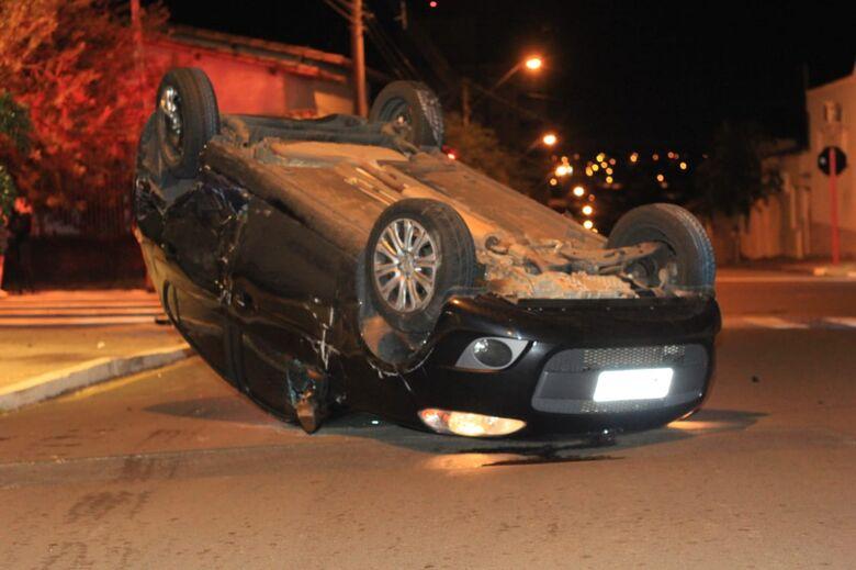 Motorista fica presa às ferragens após capotamento na Vila Nery - Crédito: Marco Lúcio
