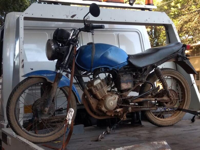 Jovem é flagrado pilotando moto sem placas no Itamaraty - Crédito: Luciano Lopes