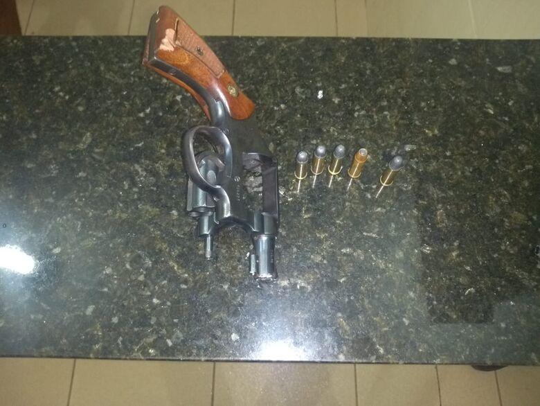 Homem tenta fugir da polícia, mas acaba detido com arma de fogo em Ibaté - Crédito: Luciano Lopes