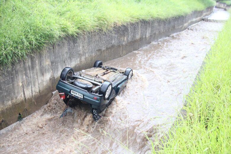 Carro cai em córrego e é arrastado pela correnteza - Crédito: Maycon Maximino