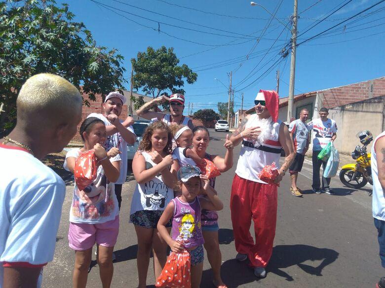 Torcedores da Sub Sede Independente do São Paulo levam um Natal mais feliz às crianças de bairros carentes - Crédito: Divulgação