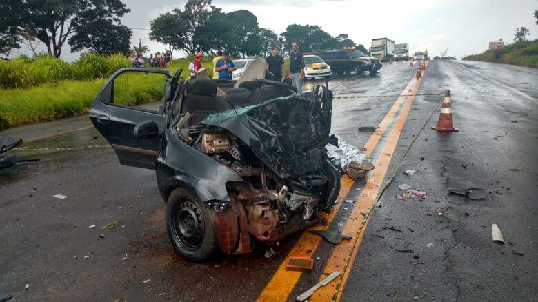Acidente entre caminhão e dois carros deixa seis mortos em estrada da região - Crédito: Redes Sociais
