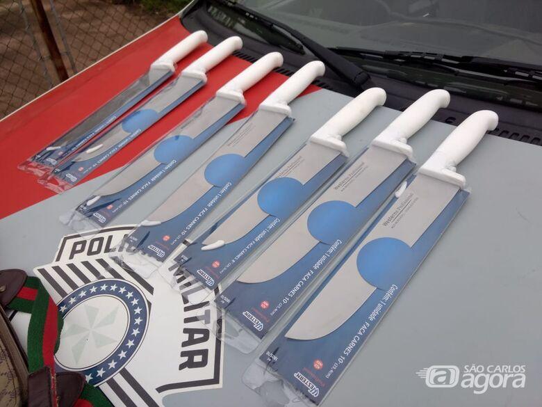Dupla é detida em posse de bolsa cheia de facas - Crédito: Luciano Lopes