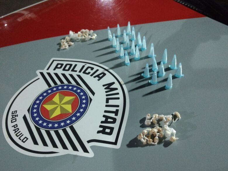 PM apreende drogas, mas traficante consegue escapar no Jardim Gonzaga - Crédito: Luciano Lopes