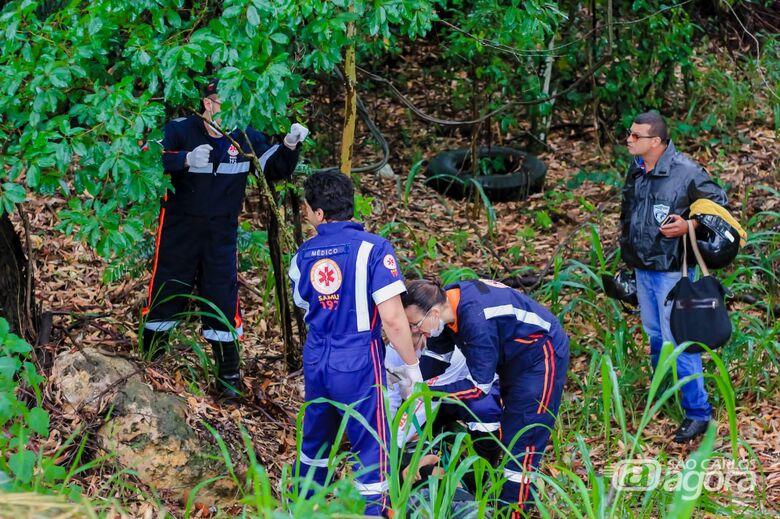 Motociclista fica ferido ao cair de barranco na SP-215 - Crédito: Marco Lúcio