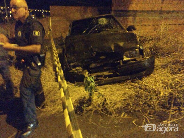Ocupantes de Escort disparam contra casas e colidem em carro com família - Crédito: Luciano Lopes