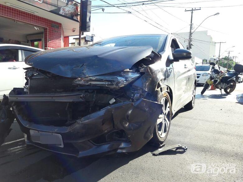 Motorista avança sinal vermelho e provoca tripla colisão na região da Santa Casa - Crédito: Maycon Maximino