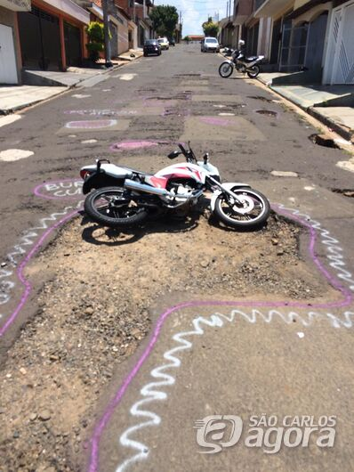 """Moto """"cai"""" em buraco no Medeiros e população apela: """"Ajuda Airton"""" - Crédito: Divulgação"""