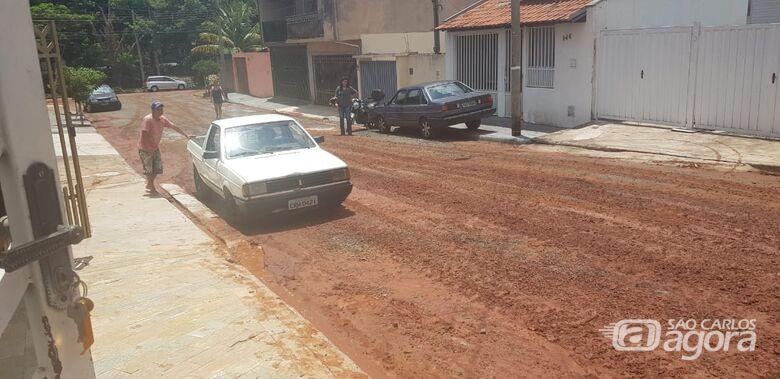 """Rua sem saída no Azulville era só pedras; após """"trabalho"""" do Saae é pedras e terra - Crédito: Divulgação"""