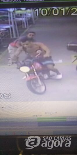 Câmera de segurança flagra furto de moto em supermercado -