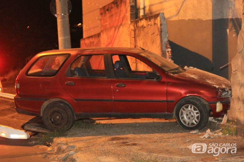 Palio arrebenta muro no Cidade Jardim e motorista foge - Crédito: Marco Lúcio