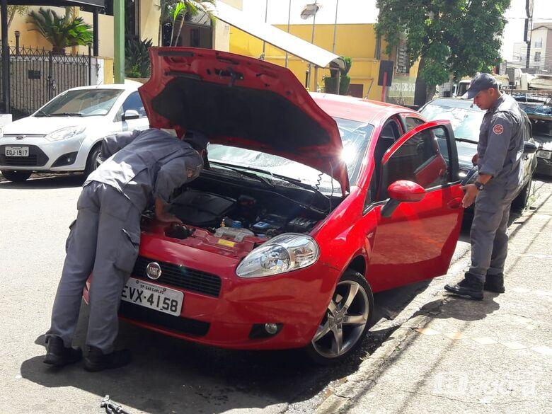 Gata entra em motor de carro na Avenida São Carlos - Crédito: Maycon Maximino