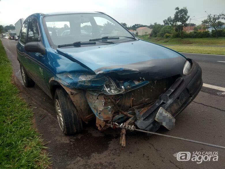 Motorista provoca colisão jogando carro contra caminhão - Crédito: Luciano Lopes