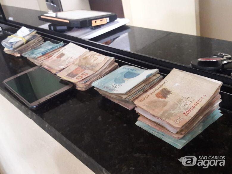 Dinheiro do tráfico de drogas é localizado em veículo e apreendido pela PM - Crédito: Maycon Maximino