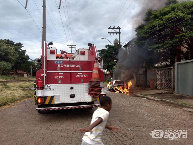 Veículo é destruído por incêndio no CDHU - Crédito: Luciano Lopes