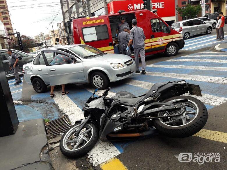 Motociclista fica ferido após bater em carro no Centro - Crédito: Maycon Maximino