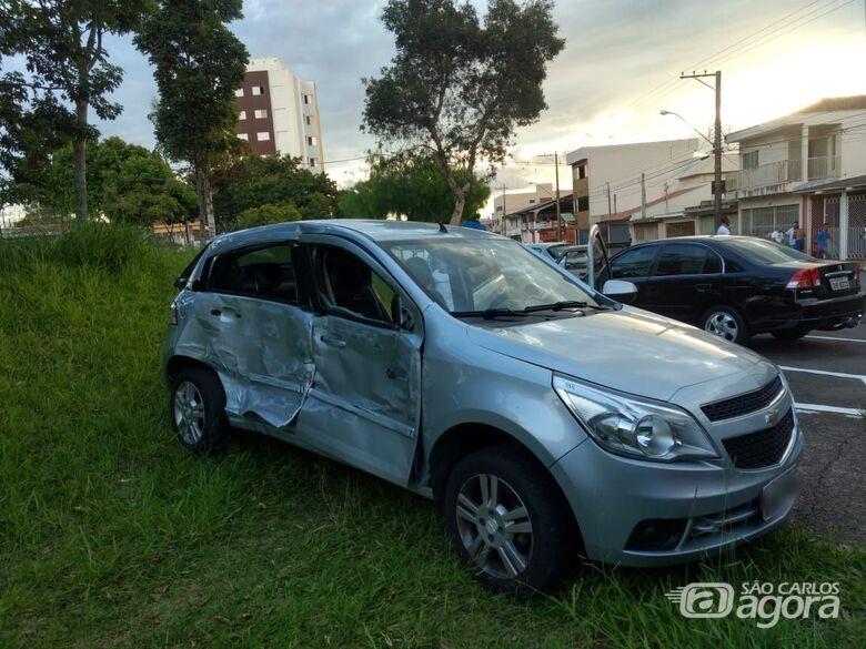 Carro é arremessado em praça após ser atingido por caminhão - Crédito: Luciano Lopes