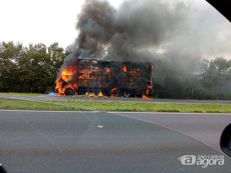 Caminhão pega fogo na rodovia SP-255 - Crédito: Araraquara 24 Horas