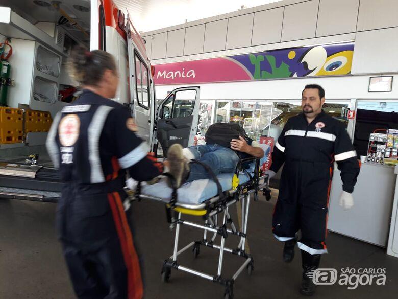 Sol atrapalha visão e motociclista colide em poste na Getúlio Vargas - Crédito: Maycon Maximino