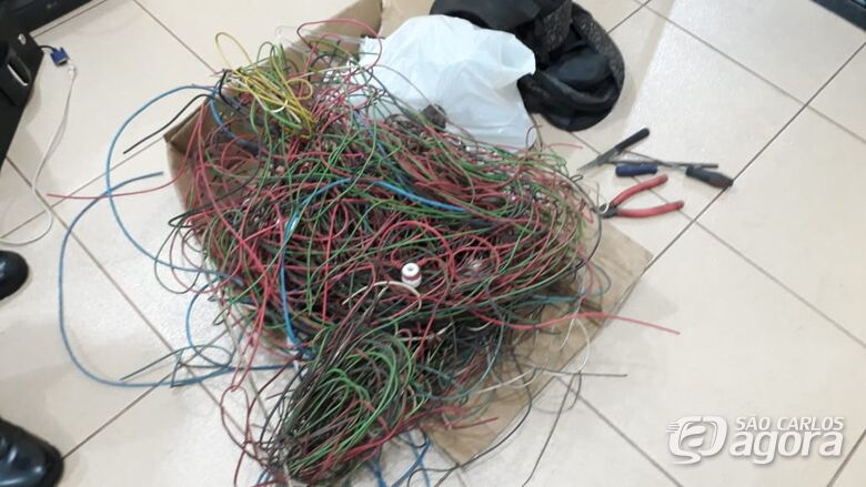 Três desocupados são detidos com 100 metros de cabos elétricos - Crédito: SCA