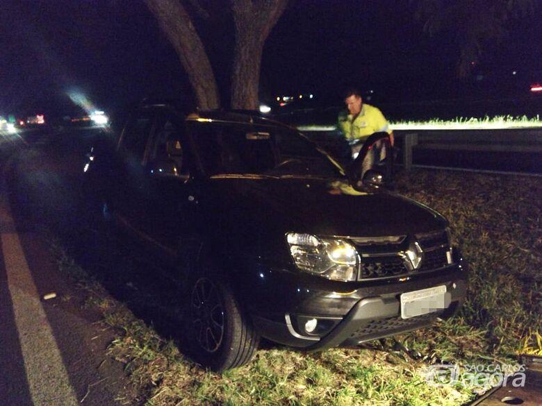 Mulher bate carro em árvore em alça de acesso da Washington Luiz - Crédito: Luciano Lopes