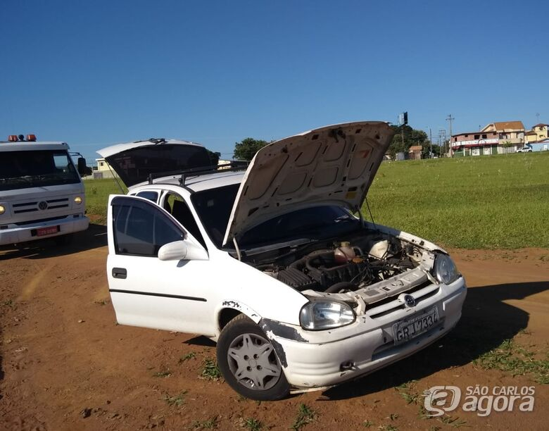 Corsa furtado é localizado em estrada de terra - Crédito: Luciano Lopes