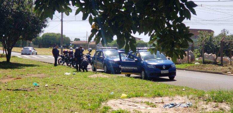 Guardas municipais apreendem drogas em placa de sinalização - Crédito: São Carlos Agora