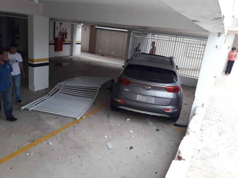 Carro cai dentro de garagem de prédio após colisão - Crédito: São Carlos Agora