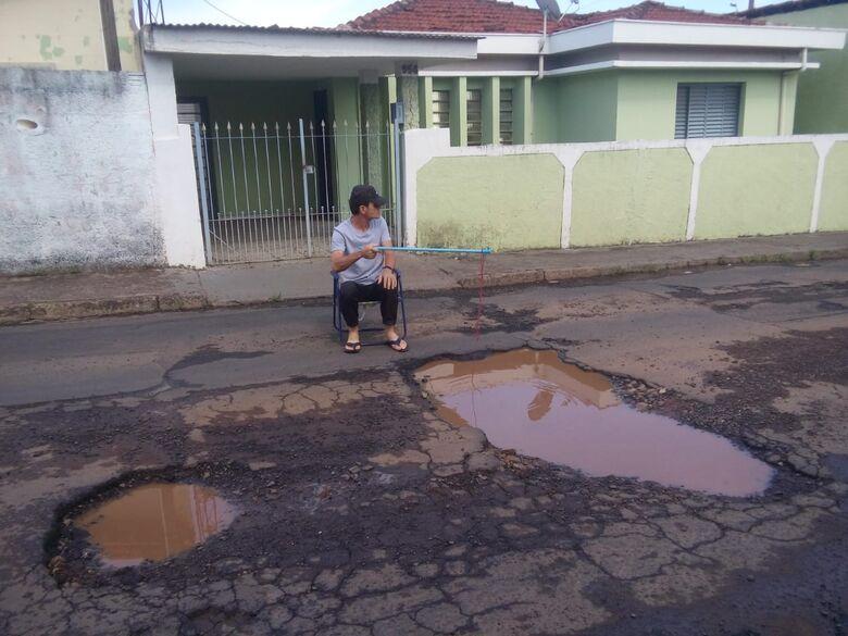 """""""Dinheiro para reajuste nos salários têm, mas para recapear o asfalto não"""", dizem moradores do Jardim das Torres - Crédito: Divulgação"""