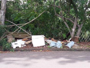 Margens do Córrego Gregório viram depósito de lixo - Crédito: Divulgação
